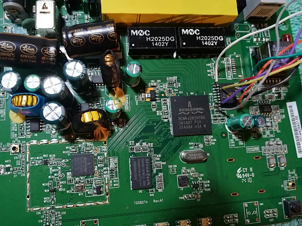 Particolare del chip del modem su cui saldare i fili