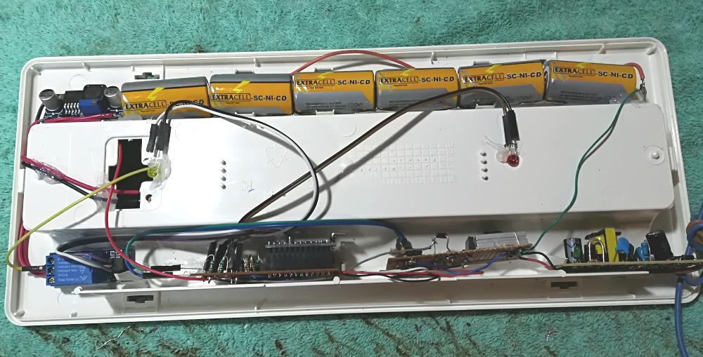 Assemblaggio componenti lampada d'emergenza